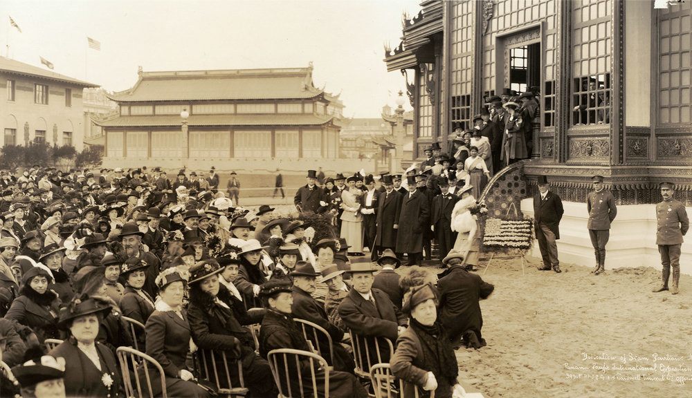 Siam Pavilion dedication at the Panama-Pacific International Exposition, 1915, San Francisco, California  พิธีเปิดอาคารจัดแสดงสินค้า Siam Pavilion ในงาน Panama-Pacific International Exposition พ.ศ. 2458 เมืองซานฟรานซิสโก รัฐแคลิฟอร์เนีย
