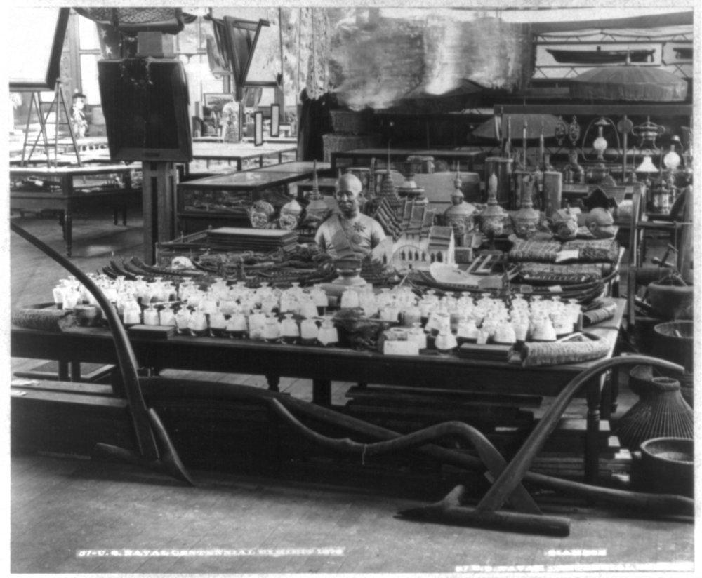 Siam display with bust of King Mongkut at the Centennial Exposition, 1876, Philadelphia, Pennsylvania  การจัดแสดงสินค้าจากสยาม พร้อมด้วยพระบรมรูปปั้นครึ่งพระองค์ของพระบาทสมเด็จพระจอมเกล้าเกล้าอยู่หัวในการแสดงนิทรรศการเฉลิมฉลองครบรอบหนึ่งร้อยปีของสหรัฐอเมริกา พ.ศ. 2419 เมืองฟิลาเดลเฟีย รัฐเพนซิลเวเนีย