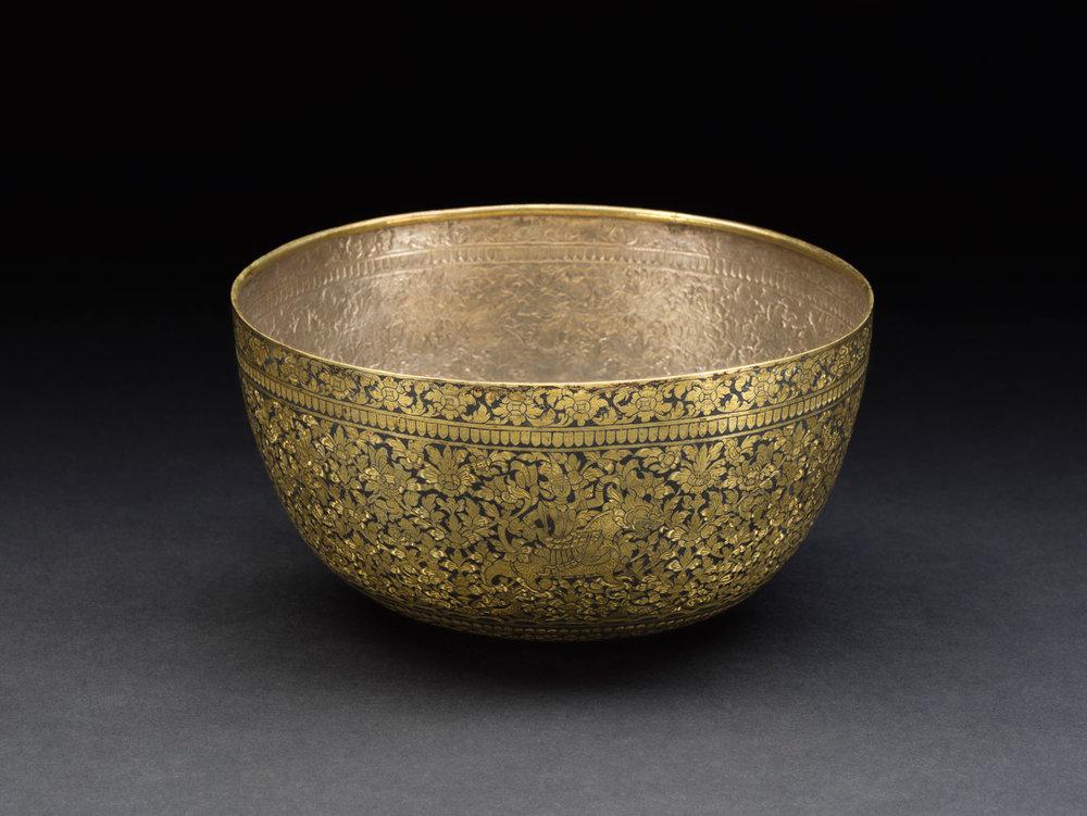 Gold Niello Bowl Gift from King Mongkut to President Franklin Pierce, 1856 11.2 x 21.5 cm Courtesy of the Smithsonian Institution, Department of Anthropology; E63-0; Photo by James Di Loreto and Lucia RM Martino  ขันถมทอง ของขวัญพระราชทานจากพระบาทสมเด็จพระจอมเกล้าเจ้าอยู่หัว แก่ประธานาธิบดีแฟรงกลิน เพียร์ซ พ.ศ. ๒๓๙๙ ๑๑.๒ x ๒๑.๕ ซม. ได้รับความอนุเคราะห์จากฝ่ายมานุษยวิทยา สถาบันสมิธโซเนียน; E63-0; ถ่ายโดยเจมส์ ดิลอเรโต และลูเซีย อาร์เอ็ม มาร์ติโน