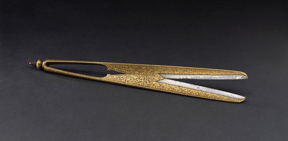 Gold Niello Tonsure Shears Gift from King Mongkut to President Franklin Pierce, 1856 35.3 cm length Courtesy of the Smithsonian Institution, Department of Anthropology; E66-0; Photo by James Di Loreto and Lucia RM Martino  กรรไกรเครื่องตัดผมถมทอง ของขวัญพระราชทานจากพระบาทสมเด็จพระจอมเกล้าเจ้าอยู่หัว แก่ประธานาธิบดีแฟรงกลิน เพียร์ซ พ.ศ. ๒๓๙๙ ความยาว ๓๕.๓ ซม. ได้รับความอนุเคราะห์จากฝ่ายมานุษยวิทยา สถาบันสมิธโซเนียน; E66-0; ถ่ายโดยเจมส์ ดิลอเรโต และลูเซีย อาร์เอ็ม มาร์ติโน