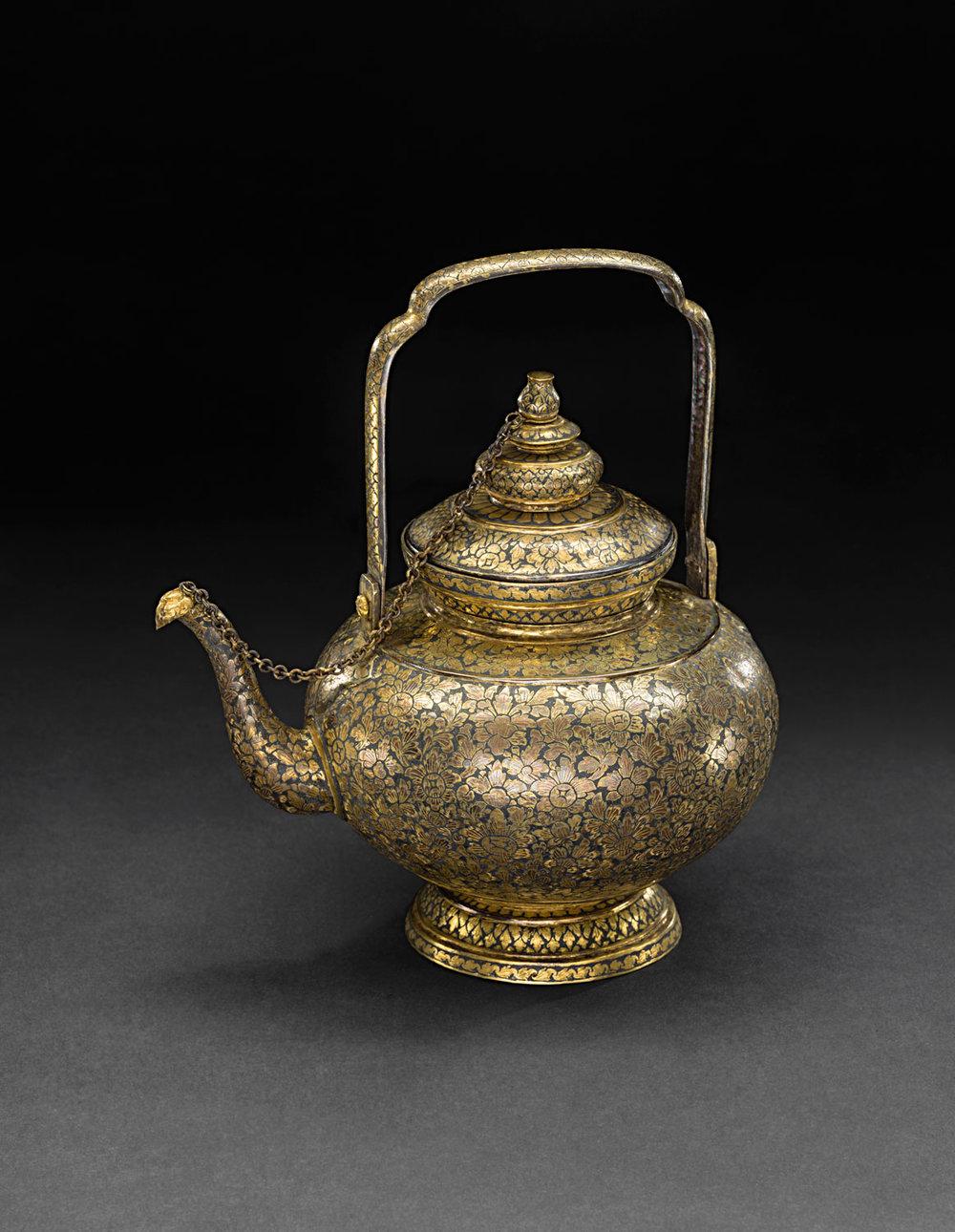 Gold Niello Waterpot Gift from King Chulalongkorn to the Smithsonian Institution, 1876 24 cm height x 16 cm diameter Courtesy of the Smithsonian Institution, Department of Anthropology; E27155-0; Photo by Jim Di Loreto  กาน้ำถมตะทอง ของขวัญพระราชทานจากพระบาทสมเด็จพระจุลจอมเกล้าเจ้าอยู่หัวแก่สถาบันสมิธโซเนียน พ.ศ. 2419 สูง 24 ซม. เส้นผ่านศูนย์กลาง 16 ซม. ได้รับความอนุเคราะห์จากฝ่ายมานุษยวิทยา สถาบันสมิธโซเนียน; E27155-0; ภาพถ่ายของจิม ดิลอเรโต