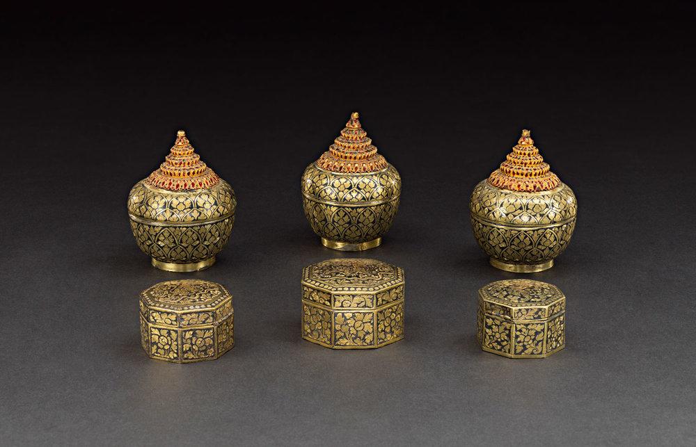 Gold Niello Lidded Containers Gift from King Chulalongkorn to the Smithsonian Institution, 1876 Cases: Approximately 6.5 cm diameter each Courtesy of the Smithsonian Institution, Department of Anthropology; E27149-0; Photo by Jim Di Loreto  พานเครื่องแป้งถมตะทองพร้อมโถปริกทอง ของขวัญพระราชทานจากพระบาทสมเด็จพระจุลจอมเกล้าเจ้าอยู่หัว แก่สถาบันสมิธโซเนียน พ.ศ. ๒๔๑๙ พาน: เส้นผ่านศูนย์กลาง ๒๐.๗ ซม.; โถปริกทอง: เส้นผ่านศูนย์กลาง ๖.๒, ๖.๕๒, ๖.๗ ซม. ได้รับความอนุเคราะห์จากฝ่ายมานุษยวิทยา สถาบันสมิธโซเนียน; E27149-0; ถ่ายโดยจิม ดิลอเรโต