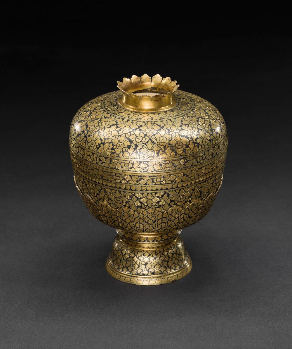 Gold Niello Water Bowl and Stand Gift from King Chulalongkorn to the Smithsonian Institution, 1876 Bowl: 15 cm diameter Courtesy of the Smithsonian Institution, Department of Anthropology; E27150-0; Photo by Jim Di Loreto  ขันและพานรองถมตะทอง ของขวัญพระราชทานจากพระบาทสมเด็จพระจุลจอมเกล้าเจ้าอยู่หัว แก่สถาบันสมิธโซเนียน พ.ศ. ๒๔๑๙ ขัน: เส้นผ่านศูนย์กลาง ๑๕ ซม. ได้รับความอนุเคราะห์จากฝ่ายมานุษยวิทยา สถาบันสมิธโซเนียน; E27150-0; ถ่ายโดยจิม ดิลอเรโต