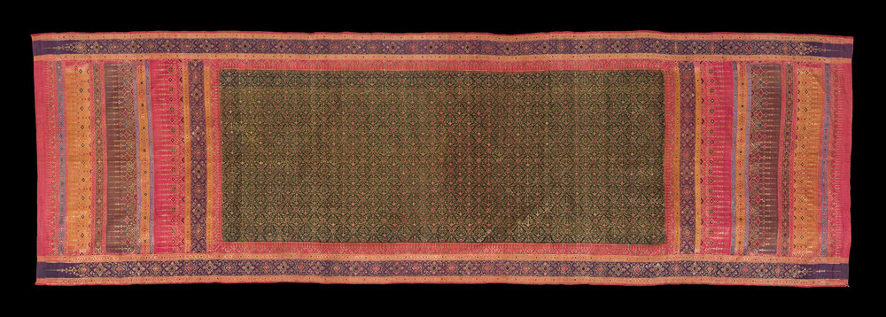Silk and Gold Thread Hip Wrapper for Royalty Gift from King Chulalongkorn to the Smithsonian Institution, 1876 95.25 x 304.8 cm Courtesy of the Smithsonian Institution, Department of Anthropology; E27129-0; Photo by Jim Di Loreto  ผ้านุ่งยกทองสำหรับเจ้านาย ของขวัญพระราชทานจากพระบาทสมเด็จพระจุลจอมเกล้าเจ้าอยู่หัว แก่สถาบันสมิธโซเนียน พ.ศ. ๒๔๑๙ ๙๕.๒๕ x ๓๐๔.๘ ซม. ได้รับความอนุเคราะห์จากฝ่ายมานุษยวิทยา สถาบันสมิธโซเนียน; E27129-0; ถ่ายโดยจิม ดิลอเรโต