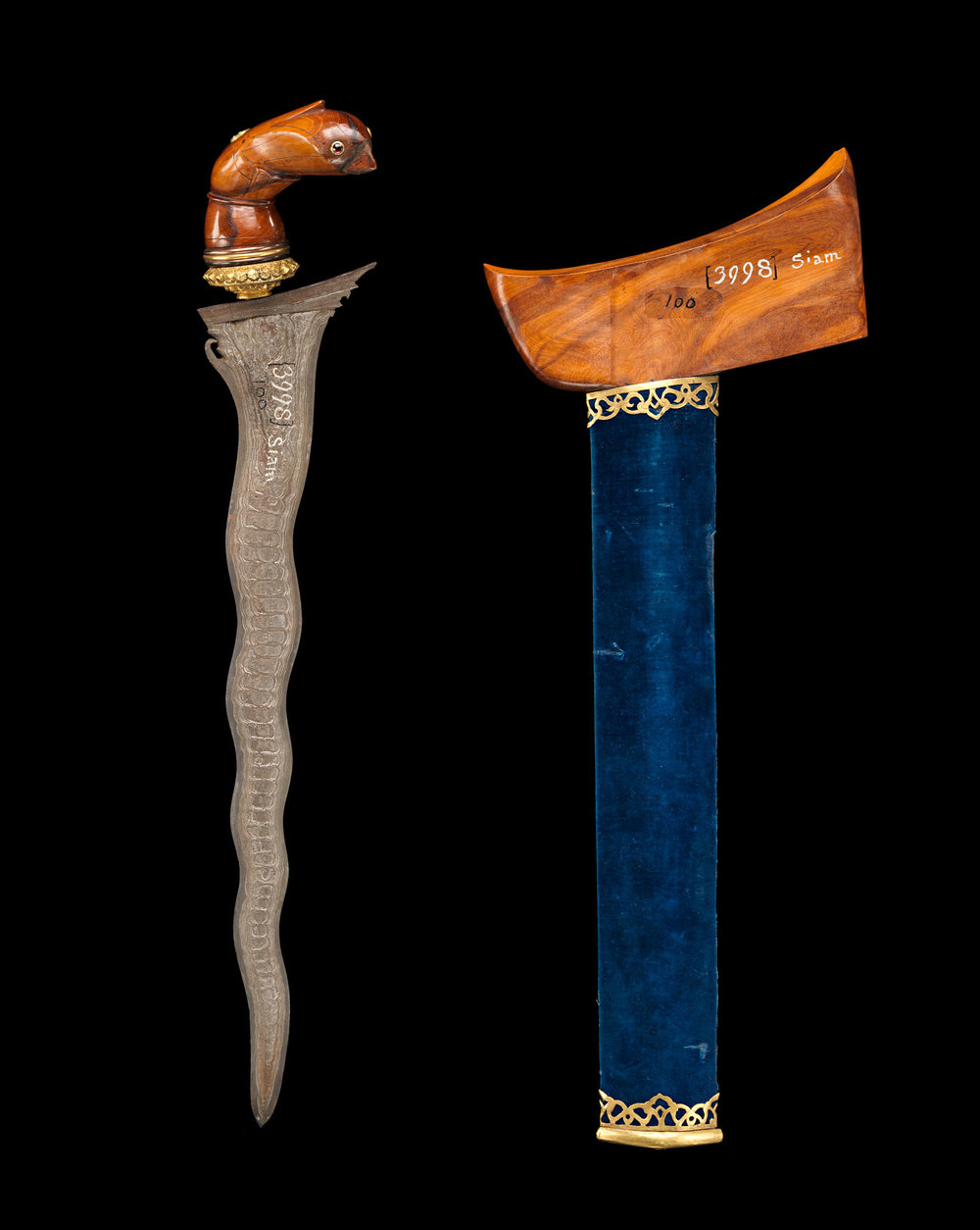 Malay-style Pamor Steel Kris and Satinwood Sheath Gift from King Mongkut to President Franklin Pierce, 1856 42.5 cm length Courtesy of the Smithsonian Institution, Department of Anthropology; E100-0; Photo by James Di Loreto, Lucia RM Martino, and Fred Cochard  กริชเหล็กไหลมลายู และฝักไม้แก้ว ของขวัญพระราชทานจากพระบาทสมเด็จพระจอมเกล้าเจ้าอยู่หัว แก่ประธานาธิบดีแฟรงกลิน เพียร์ซ พ.ศ. ๒๓๙๙ ความยาว ๔๒.๕ ซม. ได้รับความอนุเคราะห์จากฝ่ายมานุษยวิทยา สถาบันสมิธโซเนียน; E100-0; ถ่ายโดยเจมส์ ดิลอเรโต ลูเซีย อาร์เอ็ม มาร์ติโน และเฟร็ด โชชาร์ด