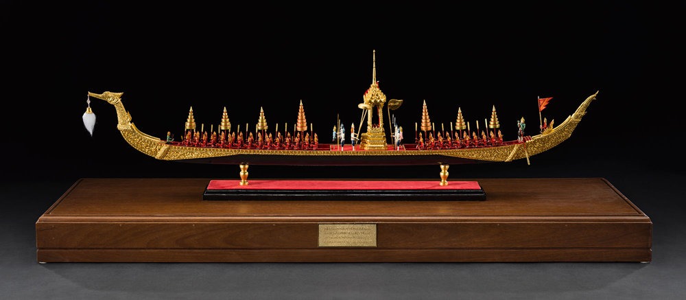 Model of Subanahongsa Royal Barge Gift from Queen Sirikit to the Smithsonian Institution, 1995 32.4 x 17.5 x 110 cm Courtesy of the Smithsonian Institution, Department of Anthropology; E433566-0; Photo by Jim Di Loreto  เรือพระที่นั่งสุพรรณหงส์จำลอง ของขวัญจากสมเด็จพระนางเจ้าสิริกิติ์ พระบรมราชินีนาถ แก่สถาบันสมิธโซเนียน พ.ศ. ๒๕๓๘ ๓๒.๔ x ๑๗.๕ x ๑๑๐ ซม. ได้รับความอนุเคราะห์จากฝ่ายมานุษยวิทยา สถาบันสมิธโซเนียน; E433566-0; ถ่ายโดย จิม ดิลอเรโต