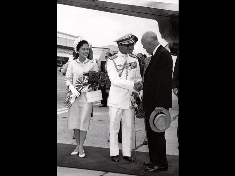 Their Majesties with President Dwight D. Eisenhower, 1960 Washington, D.C. White House Photograph by Courtesy of the National Archives at College Park, MD, Still Picture Unit  พระบาทสมเด็จพระปรมินทรมหาภูมิพลอดุลยเดช ทรงฉายพระบรมฉายาลักษณ์ร่วมกับสมเด็จพระนางเจ้าสิริกิติ์ พระบรมราชินีนาถ และประธานาธิบดีดไวต์ ดี. ไอเซนฮาวร์ พ.ศ. 2503 กรุงวอชิงตัน ดี.ซี. รูปทำเนียบขาวถ่ายโดย ได้รับความอนุเคราะห์จากฝ่ายภาพนิ่ง องค์การบริหารจดหมายเหตุและบันทึกแห่งชาติ คอลเลจพาร์ก รัฐแมริแลนด์