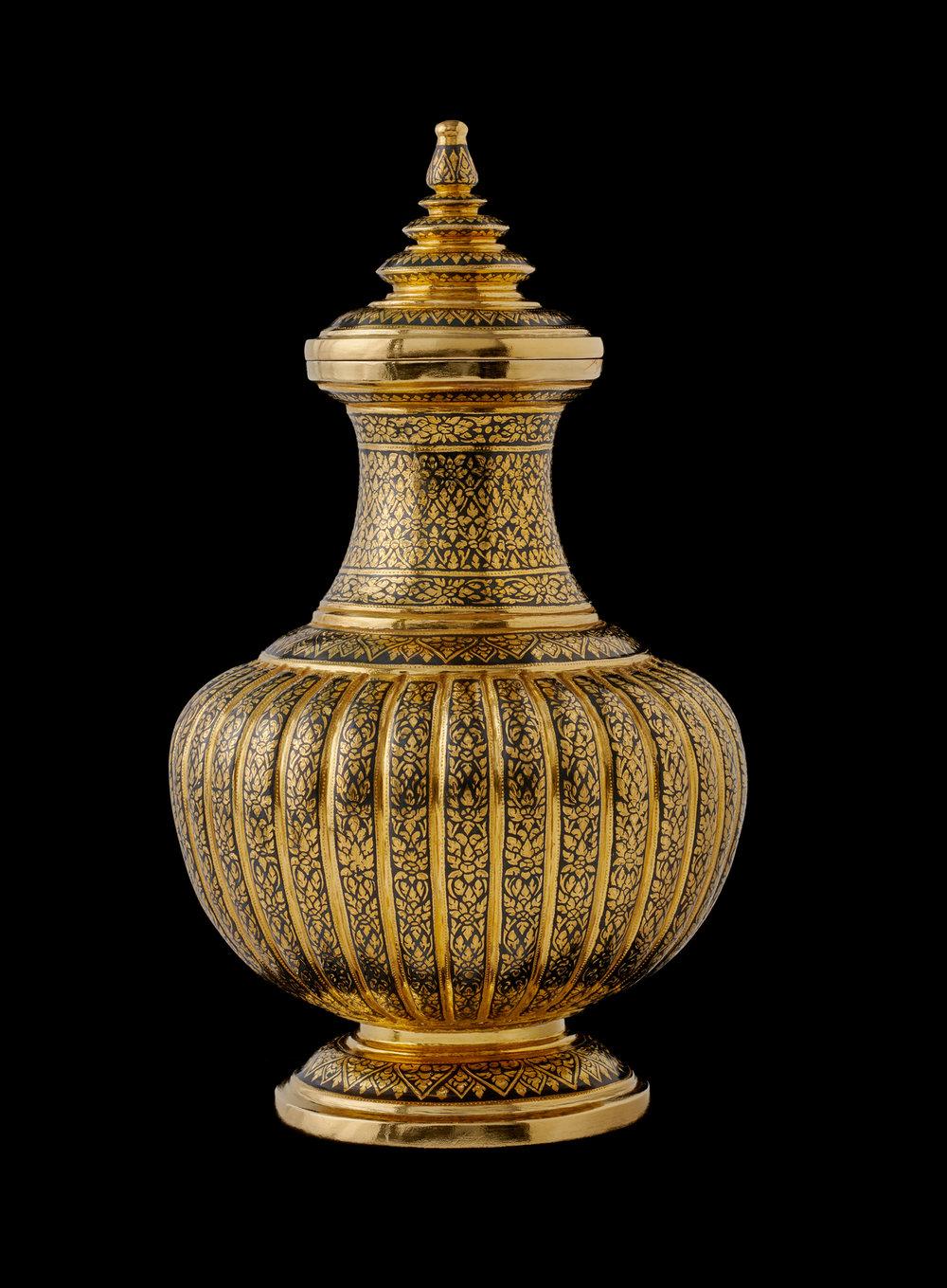 Gold Niello Water Container Gift from Their Majesties to President William J. Clinton and First Lady Hillary Clinton, 1996 27.5 x 15.2 cm Courtesy of the William J. Clinton Presidential Library and Museum; 4934398.06  พระกรัณฑ์ถมทอง ของขวัญพระราชทานจากพระบาทสมเด็จพระปรมินทรมหาภูมิพลอดุลยเดชและสมเด็จพระนางเจ้าสิริกิติ์ พระบรมราชินีนาถ แก่ประธานาธิบดีวิลเลียม เจ. คลินตัน และนางฮิลลารี คลินตัน สุภาพสตรีหมายเลขหนึ่ง พ.ศ. ๒๕๓๙ ๒๗.๕ x ๑๕.๒ ซม. ได้รับความอนุเคราะห์จากพิพิธภัณฑ์และหอสมุดประธานาธิบดีวิลเลียม เจ. คลินตัน; 4934398.06