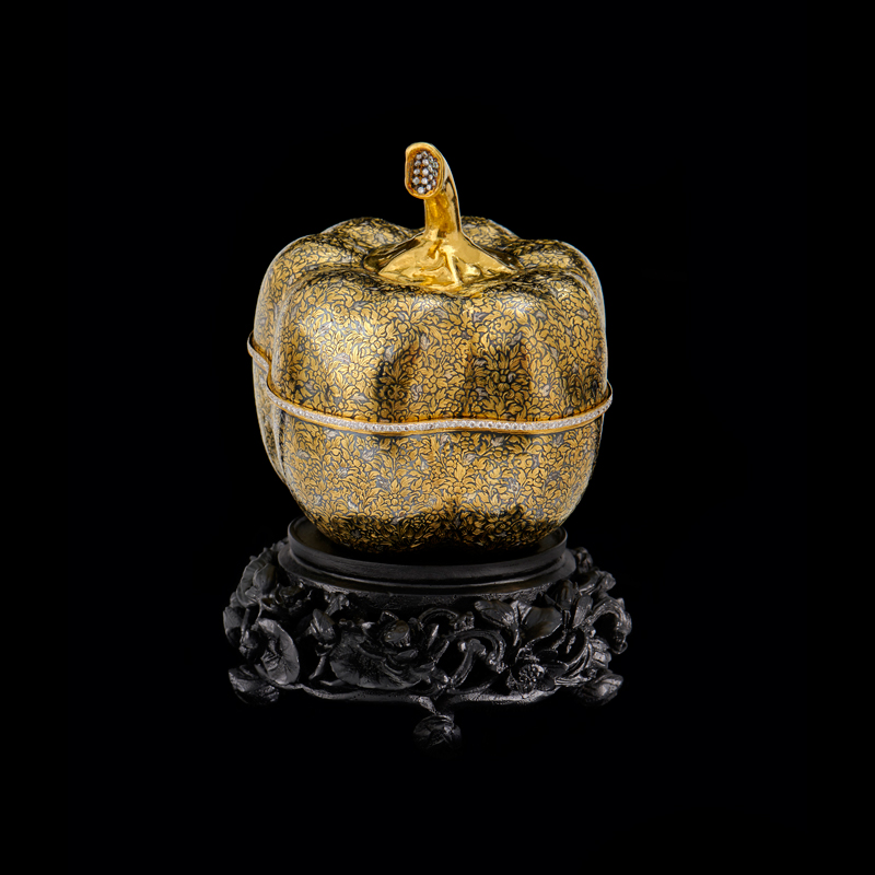 Gold Niello Container Embellished with Diamonds Gift from Queen Sirikit to First Lady Laura Bush, 2003 13 x 9.3 cm Courtesy of the George W. Bush Presidential Library and Museum; FO.333268.1.a-c