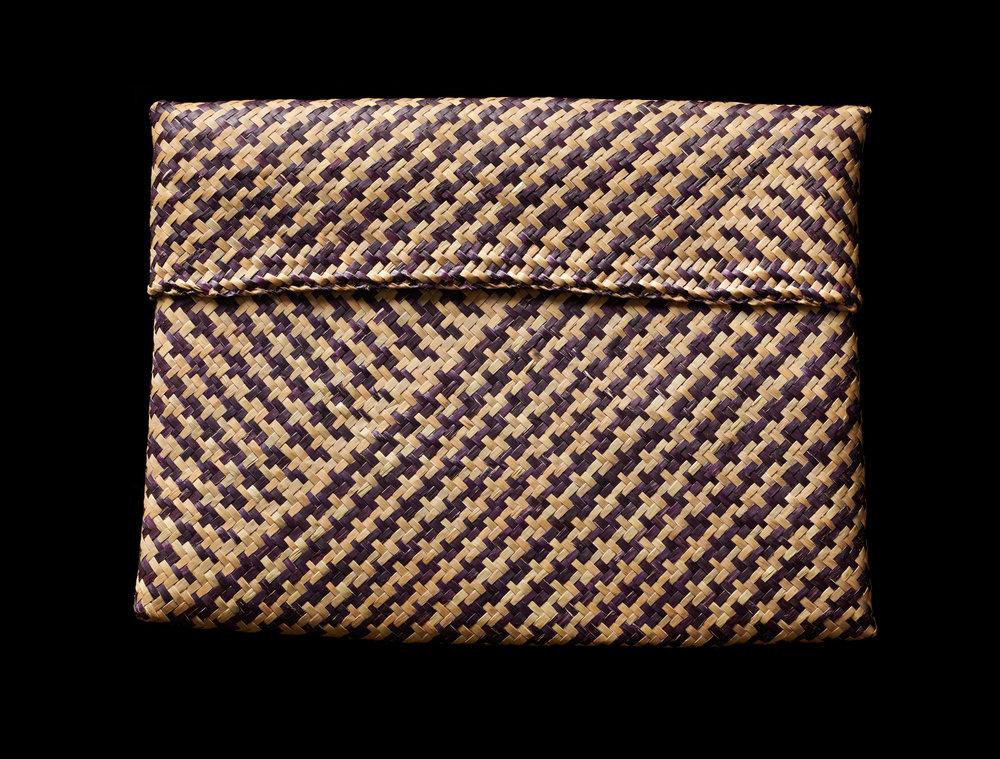 SUPPORT Foundation Woven Straw Purse  Gift from Queen Sirikit to First Lady Barbara Bush, 1991 22.9 x 29.2 x 2 cm Courtesy of the George Bush Presidential Library and Museum; 91.70108.2  ซองกระจูดจากมูลนิธิส่งเสริมศิลปาชีพฯ ของขวัญพระราชทานจากสมเด็จพระนางเจ้าสิริกิติ์ พระบรมราชินีนาถ แก่นางบาร์บารา บุช สุภาพสตรีหมายเลขหนึ่ง พ.ศ. ๒๕๓๔ ๒๒.๙ x ๒๙.๒ x ๒ ซม. ได้รับความอนุเคราะห์จากพิพิธภัณฑ์และหอสมุดประธานาธิบดีจอร์จ บุช; 91.70108.2