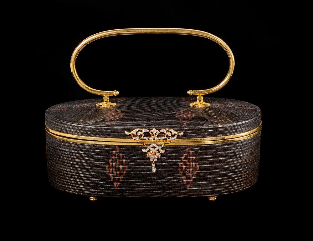 SUPPORT Foundation Yan Lipao Vine Woven Purse Embellished with Diamonds Gift from Their Majesties to First Lady Hillary Clinton, 1996 11.4 x 17.8 x 7 cm Courtesy of the William J. Clinton Presidential Library and Museum; 1996.4394398  กระเป๋าย่านลิเภาประดับเพชรจากมูลนิธิส่งเสริมศิลปาชีพฯ ของขวัญพระราชทานจากพระบาทสมเด็จพระปรมินทรมหาภูมิพลอดุลยเดชและสมเด็จพระนางเจ้าสิริกิติ์ พระบรมราชินีนาถ แก่นางฮิลลารี คลินตัน สุภาพสตรีหมายเลขหนึ่ง พ.ศ. ๒๕๓๙ ๑๑.๔ x ๑๗.๘ x ๗ ซม. ได้รับความอนุเคราะห์จากพิพิธภัณฑ์และหอสมุดประธานาธิบดีวิลเลียม เจ. คลินตัน; 1996.4394398