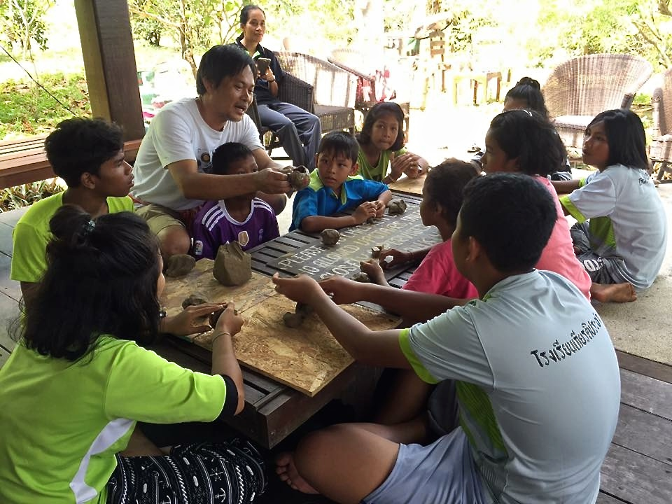 Ecotourism with community wortkshop doing ceramics with local children