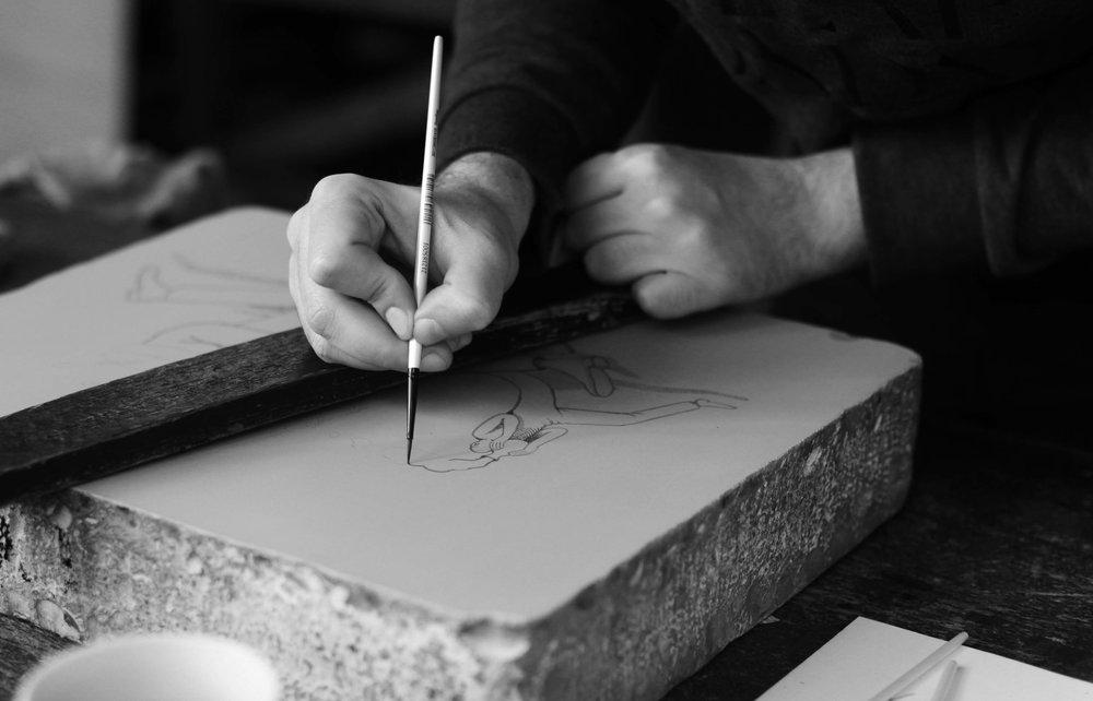 """L'artiste ukrainien Waone Interesni Kazki crée sa première lithographie sur pierre """"Jump through time"""". Vladimir Manzhos, connu sous le nom de Waone Interesni Kazki, est un des artistes ukrainiens les plus intéressants du moment. Inspiré par la peinture surréaliste et l'histoire folklorique ukrainienne, il présente une nouvelle forme de street art, qui dévoile en dessin, en peinture et sur fresques des """"contes intéressants"""" (comme le traduit son nom d'artiste). Le travail de Waone Interesni Kazki présente une narration visuelle accompagnée d'une précision dans les détails, une importance donnée à la technique et un choix minutieux des couleurs. Manzhos forme en 2004, le duo """"Interesni Kazki"""" avec Aleksei Bordusov, plus connu sous le nom d'Aec. Ensemble et pendant douze années, ils peignent plus de vingt-cinq peintures murales partout en Europe et aux États-Unis. Le duo se sépare en 2016 et Waone présente sa première fresque en noir et blanc 'Matter: Changing States'. Depuis, il se concentre alors sur sa carrière en tant qu'artiste indépendant. C'est ainsi qu'à la fin de l'année 2017, Waone Interesni Kazki, de passage à Paris, réalise sa première lithographie sur pierre """"Jump Through Time"""". Le tirage de 40 exemplaires sur papier Japon est mis en vente sur notre site: www.idemparis.com"""