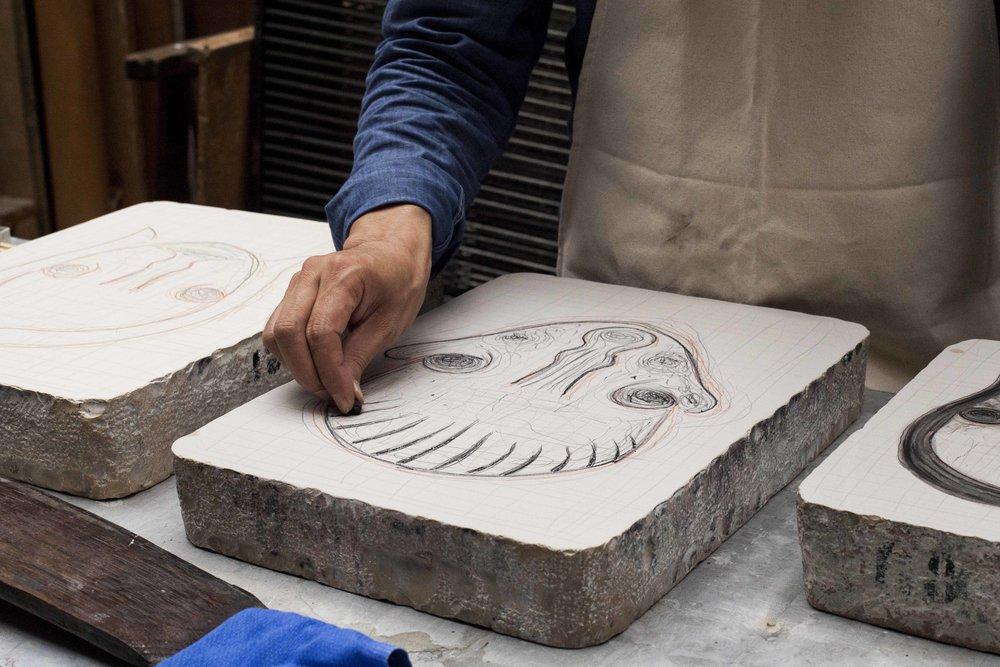 Izumi Kato  , artiste japonais, réalisant une série de 6 petites pierres lithographiques, qui seront ensuite tirées sur les presses d'Idem pour Item éditions. Les photos de ces nouvelles pierres seront bientôt mises en ligne sur le site d'Item éditions: www.itemeditions.com