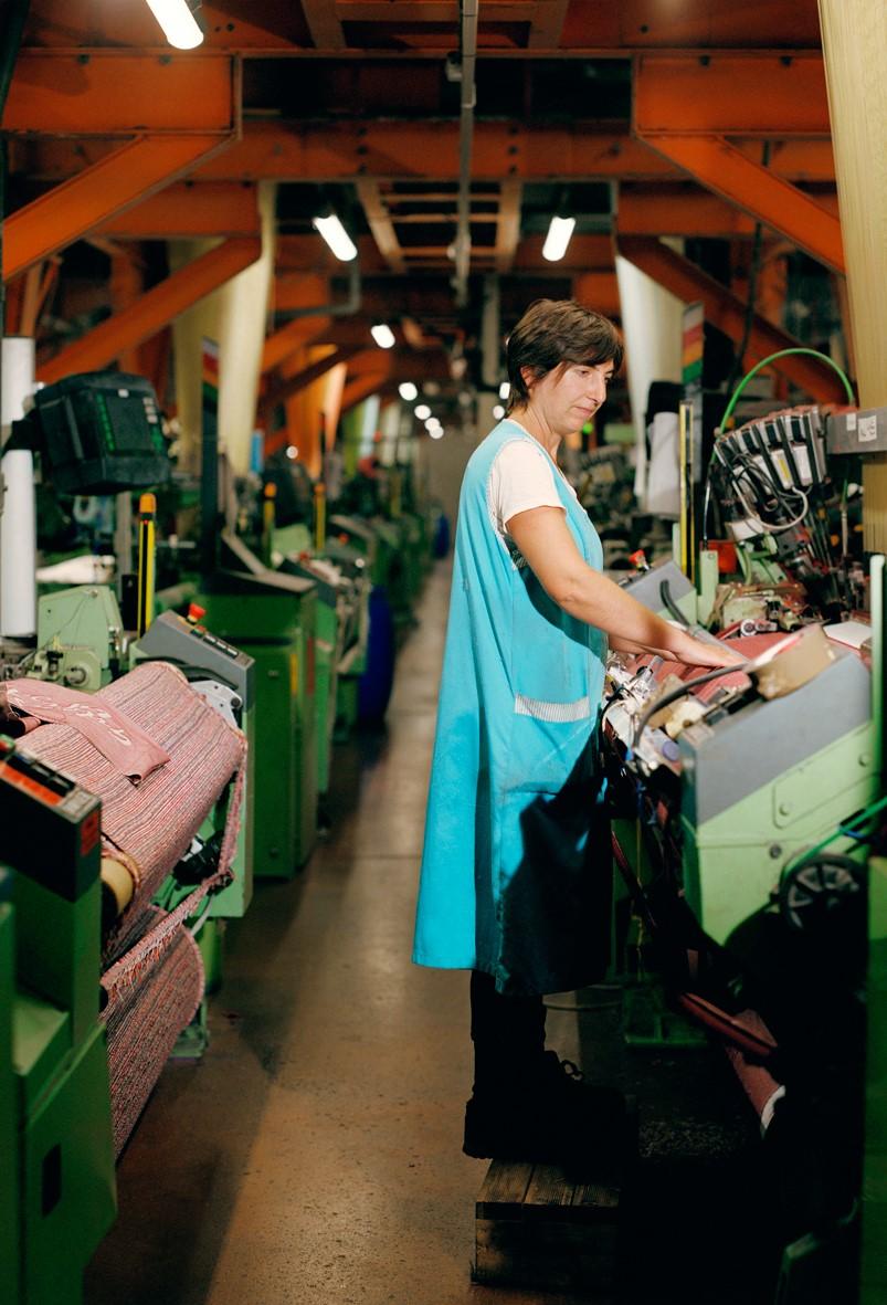 Notre tote bag éco-responsable    Il est fabriqué à partir de fibres textiles recyclées à Charlieu en Rhône-Alpes et assemblé par des personnes en situation de handicap.  Séverine, tisseuse et responsable de la qualité, Charlieu, 2018