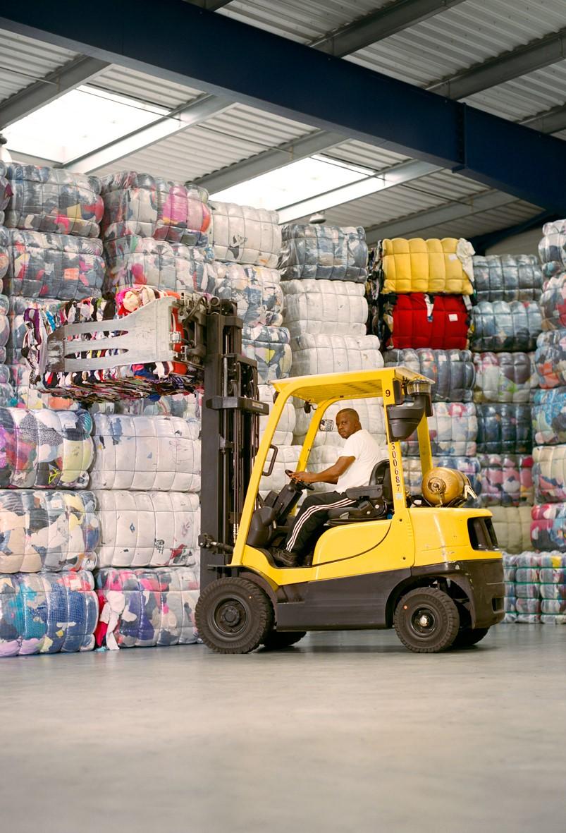 La collecte textile avec le Relais   Les Galeries Lafayette et le Relais s'associent pour collecter les produits textiles dans tous les magasins et leur donner une seconde vie.  Philippe, cariste, Le Relais Nord-Est IDF, Ploisy, 2018