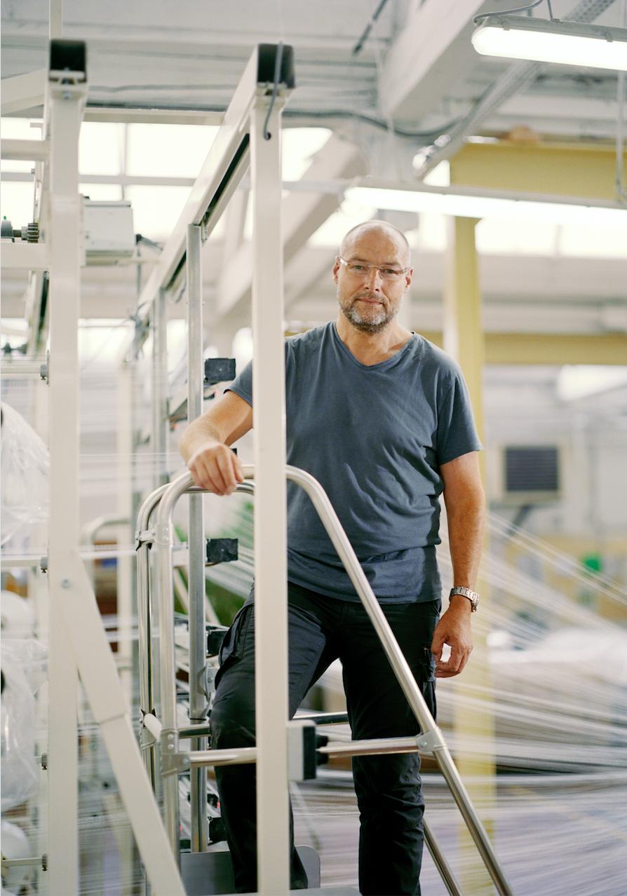 Notre tote bag éco-responsable    Il est fabriqué à partir de fibres textiles recyclées à Charlieu en Rhône-Alpes et assemblé par des personnes en situation de handicap.   Christophe, acheteur de fil et responsable de la gestion de l'ourdissage, Charlieu, 2018