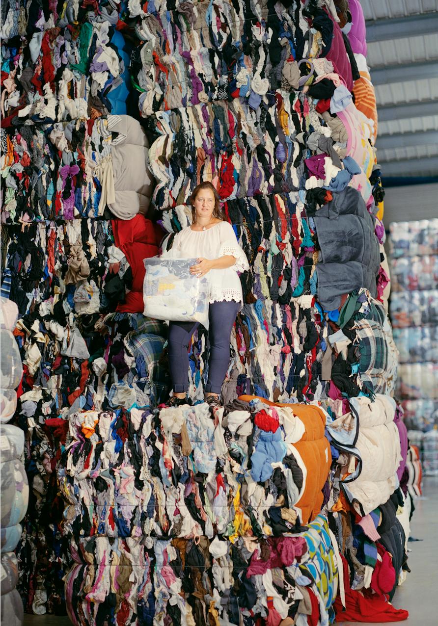 La collecte textile avec le Relais   Les Galeries Lafayette et le Relais s'associent pour collecter les produits textiles dans tous les magasins et leur donner une seconde vie.  Sandra, encadrante de la coupe, Le Relais Nord-Est IDF, Ploisy, 2018