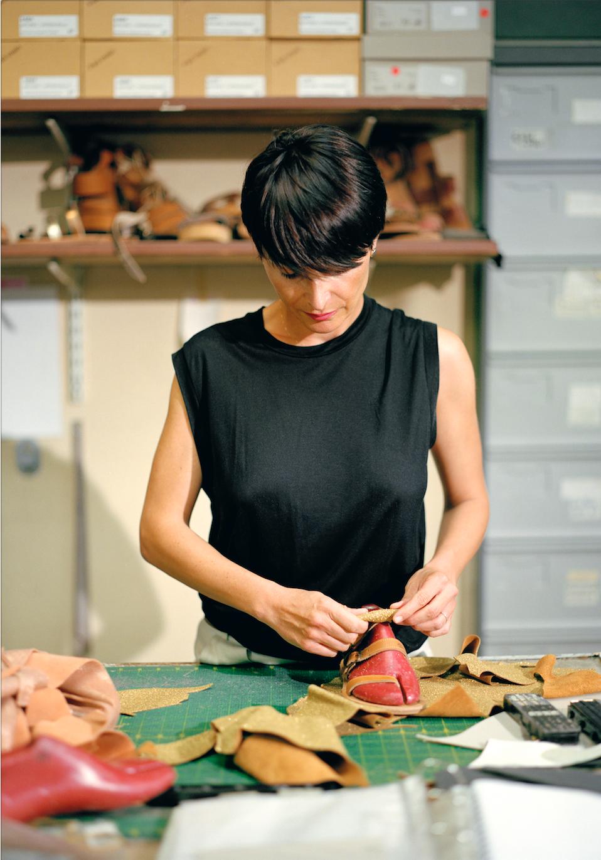 Dans l'Œil de Marseille pour la création locale   Les Galeries Lafayette ont à cœur de valoriser les savoir-faire régionaux. Les sandales Massalia, fabriquées à la main, sont vendues au corner Dans l'Œil de Marseille.  Karine, créatrice de la marque Massalia, atelier de confection, Marseille, 2018