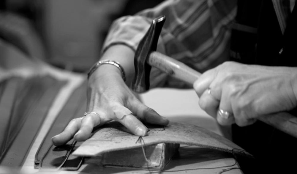 - Secteur: HommeAnnée de création: 1958Son engagement Go for Good: EnvironnementalSon critère: Les produits Go for Good d'Amboise sont composés d'un minimum de 50 % de cuir tanné avec des extraits végétaux, sans recours au chrome habituellement utilisé.À découvrir: La ceinture en cuir tanné de manière végétale