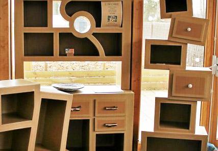 recyclage-il-cartonne-avec-ses-meubles-design_3821403_540x539p.JPG