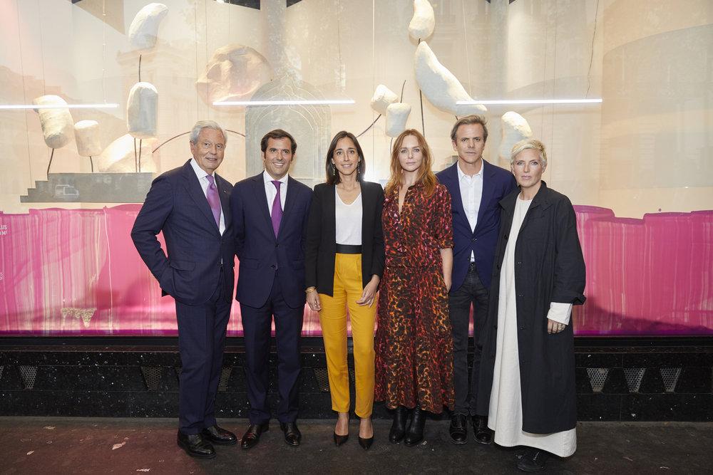 Philippe Houzé, Nicolas Houzé, Brune Poirson, Stella McCartney, Guillaume Houzé et Faye Toogood lors de l'inauguration des vitrines boulevard Haussmann