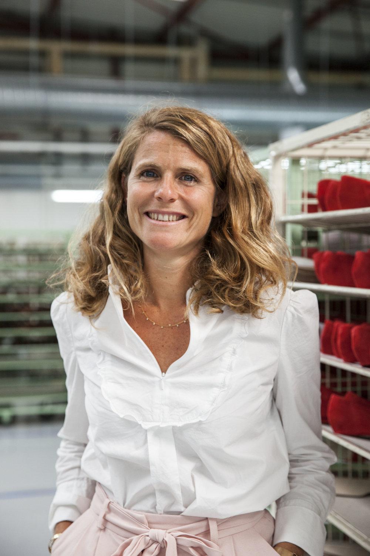 """""""L'atelier Bocage permet à nos clientes d'expérimenter les styles mais en arrêtant de surconsommer."""" - La marque Bocage a plus de 50 ans mais a su préserver son savoir-faire de fabricant de chaussures en France, dans sa manufacture de Montjean-sur-Loire, où 30% de sa production est réalisée. Il était donc évident que, pour Go for Good, elle mette la France et la fabrication française à l'honneur. Nous avons rencontré Clémence Cornet, Directrice Marketing de Bocage, dans cette manufacture historique, pour y découvrir les étapes de fabrication des cinq paires de la capsule exclusive développée pour les Galeries Lafayette. Les escarpins, boots et baskets aux couleurs du drapeau tricolore sont piqués, assemblés et montés avec minutie sur les différents postes de fabrication. Et pour celles qui en veulent plus encore, Bocage lance son service d'abonnement responsable au mois d'octobre - Clémence Cornet nous en dit plus dans son interview Go for Good."""