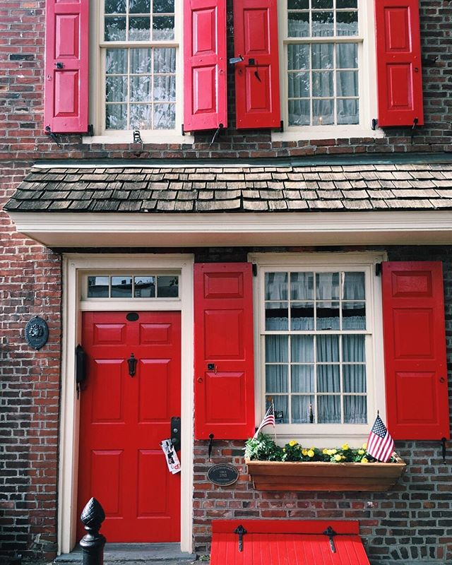 This door is red #onbrand . . . . .  #philly #phillygram #wework #phillypulse #phillystyle #nolibs #doors #doorsandwindows #red #reddoor #doorsandwindows #philly_art #phillylife #phillyphotographer #brick #colonial #cobblestone #whyilovephilly #philadelphia #lovephilly #igers_philly #visitphilly #cityofbrotherlylove #oldcity #fallstyle #fall #historicphilly #oldcityphilly