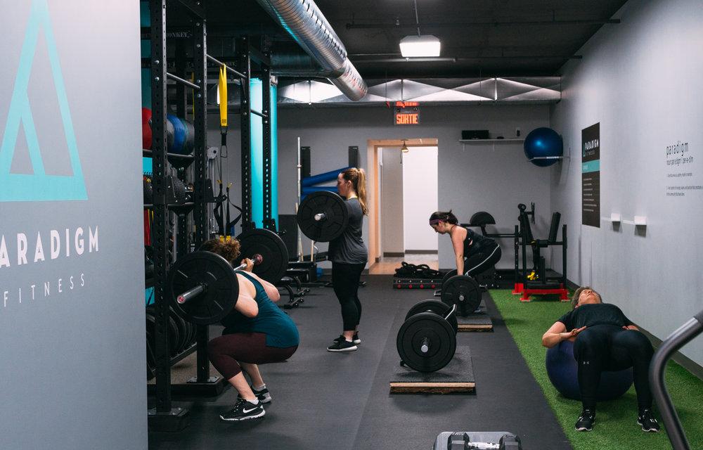 ENTRAÎNEMENT PERSONNALISÉ EN PETIT GROUPE - Nos entraînements personnalisés en petits groupes sont un changement de paradigme dans le domaine du conditionnement physique. Il s'agit essentiellement d'un entraînement privé, mais en partageant l'entraîneur. Contrairement au conditionnement physique en groupe, nos entraînements sont personnalisés pour chacun des membres, il n'existe pas de «séance d'entraînement du jour».L'entraînement personnalisé en petit groupe, le principal service offert chez «Paradigm Fitness», a été conçu pour combler un vide dans le secteur du conditionnement physique. De nombreuses personnes nécessitent les services d'un entraîneur pour atteindre leurs objectifs, mais les coûts d'un entraînement privé individuel sont trop élevés pour se le permettre assez souvent et sur une période de temps assez long. Chez «Paradigm Fitness», vous partagez l'entraîneur, ainsi que les coûts. L'entraînement personnalisé en petit groupe est offert 8 heures par jour, avec un maximum de 4 participants par heure. Un horaire flexible permet aux membres de réserver selon leur propre horaire, et ainsi, s'entraîner de façon à atteindre leurs objectifs.