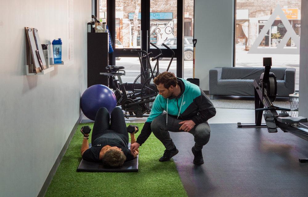 ENTRAÎNEMENT PRIVÉ INDIVIDUEL - Le fait d'avoir votre propre entraîneur privé qui travaille avec vous durant une séance complète est la meilleure façon de maximiser les résultats. Imaginer quelqu'un qui connait les forces et les faiblesses de votre corps mieux que vous, quelqu'un qui peut pointer les déséquilibres ou les points qui nécessitent plus d'attention. Voici ce que peuvent vous offrir nos entraîneurs.L'entraînement avec un entraîneur personnel est une expérience enrichissante en soi. Que votre but soit de perdre du poids, de développer votre force, d'être en meilleure forme physique ou une combinaison des trois, nos entraîneurs travailleront avec vous pour vous aider à atteindre vos objectifs tout en vous donnant leur pleine attention. L'entraînement individuel est disponible à tout moment durant nos heures d'opération.