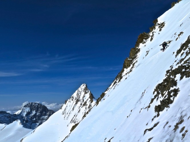 Ski mountaineering on the Hinter-Fiescherhorn (4,025m). Ralf skied it – I chose to down climb with crampons!