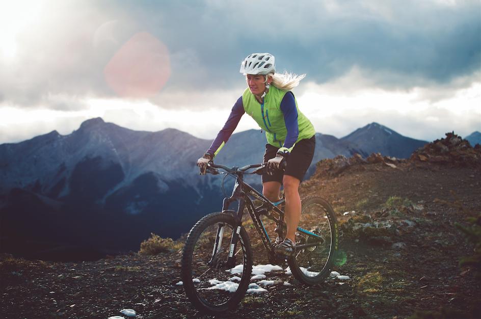Le vélo de montagne aide Kylee àgarder la forme requise pour les compétitions mondiales de skimo Photo Kent Toth.