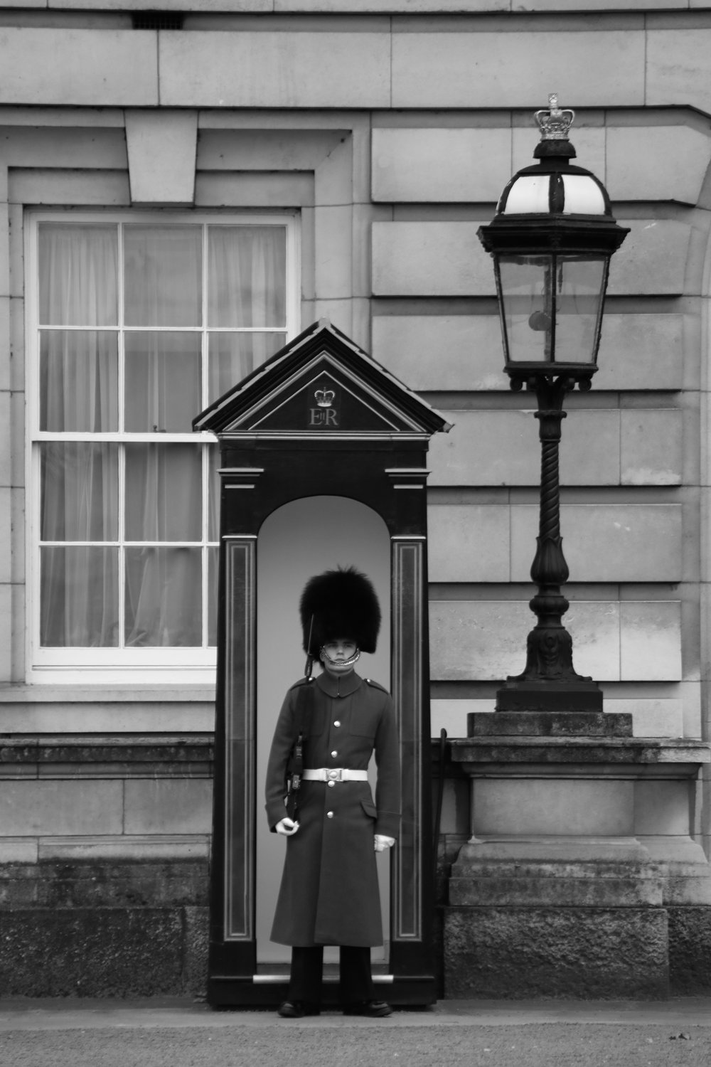 Beefeater at post, Buckingham Palace, London, England   https://www.ebay.com/itm/263679819198?ssPageName=STRK:MESELX:IT&_trksid=p3984.m1555.l2649