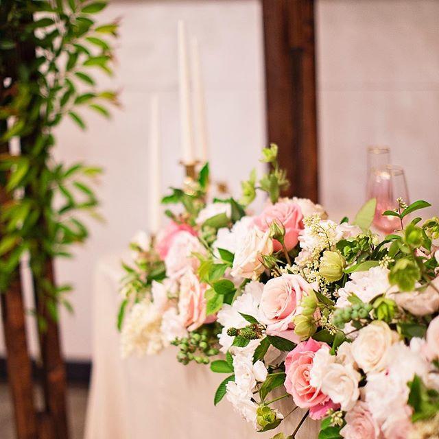 Head table🌸  #pdxflorist #weddingflowers #weddingideas #roses #pdx #headtabledecor