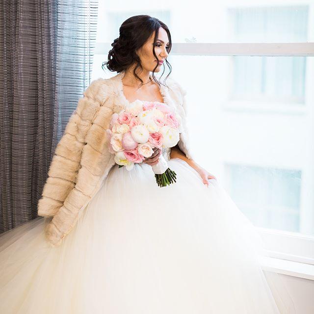 Throwback to this winter classic wedding 👰🏼 ❄️ #bridalbouquet #weddingideas #bridalhair #pdxflorist #pdx #bride #pinkwedding #blush