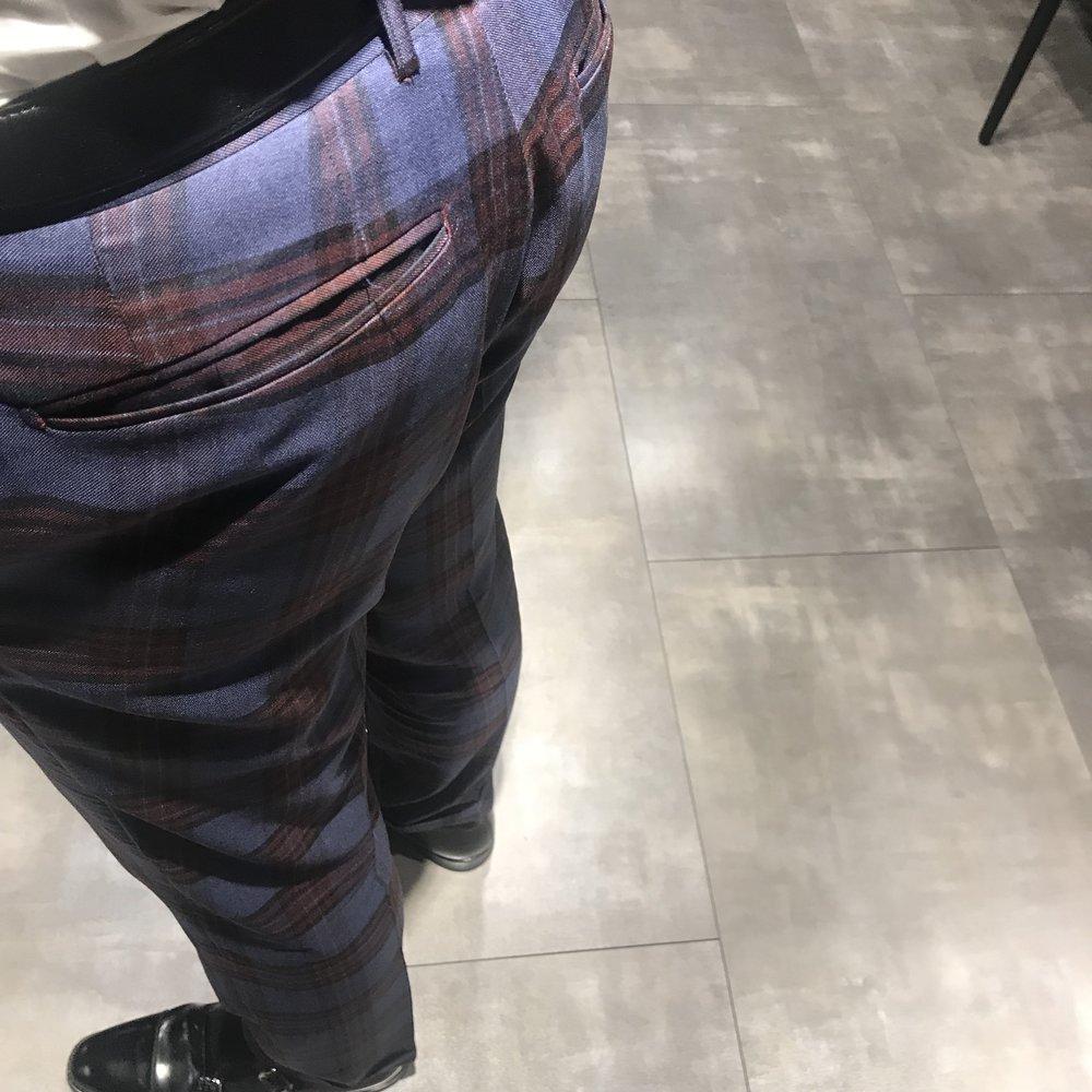 左ポケットボタンなしのパンツ。