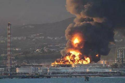 Raffineria in fiamme