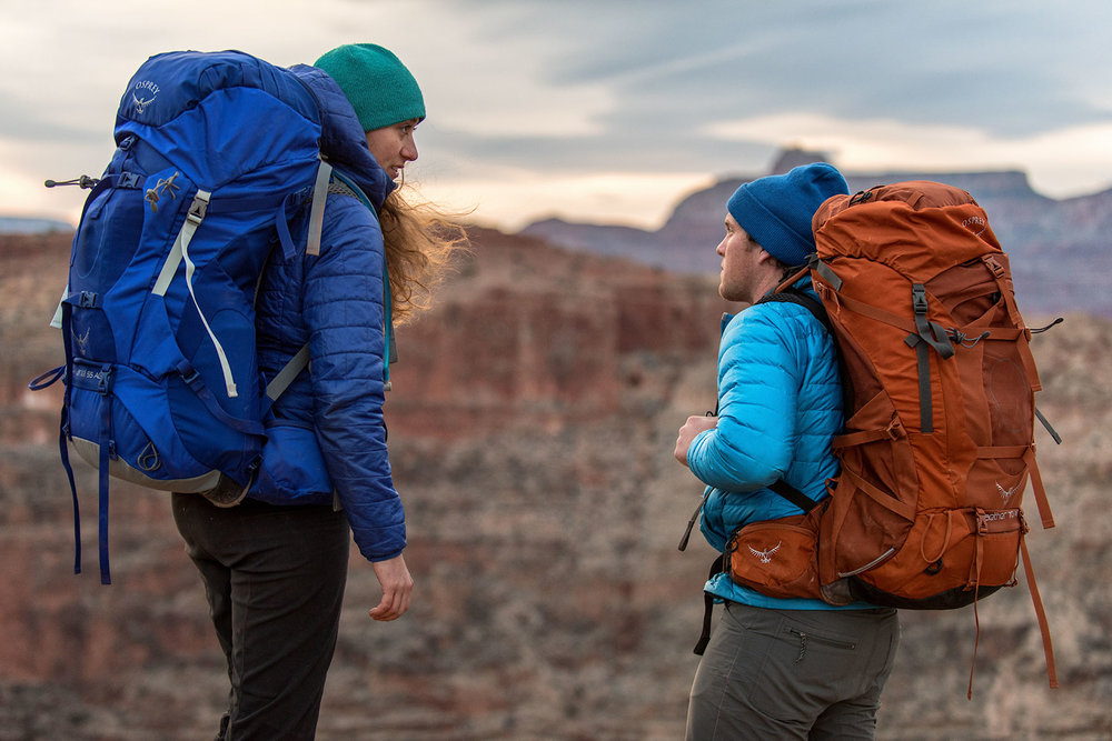austin-trigg-osprey-hiking-backpacks-grand-canyon-osprey-pack-bag-arizona-hike-camp-lifestyle-product-couple-desert.jpg