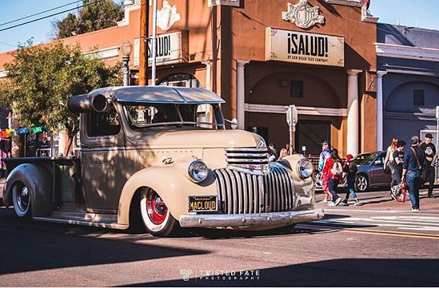Cruising out the shadows ... 📸: @twistedfatephotography ... #loganavenue #lavueltabarriologan #summernights #barriologan #sandiego #lowriderlifestyle #lowriderarte #lowridingisnotacrime #lowridingisalifestyle #bombitas #classics