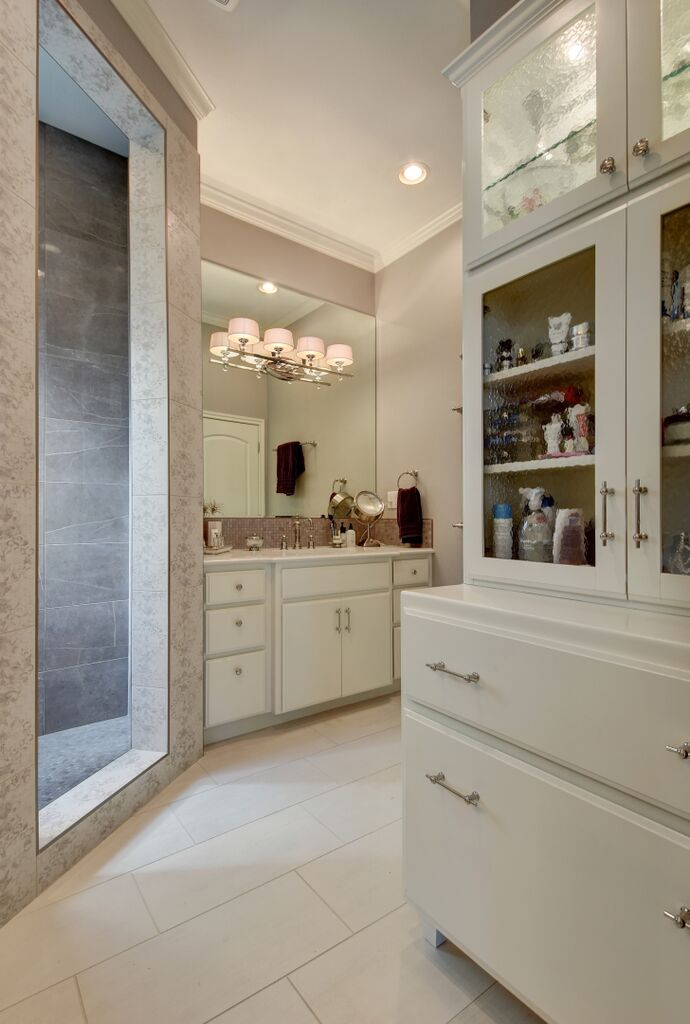 Bathroom design with single sink and vanity mirror lights