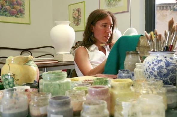 Maria Giulia al lavoro nel laboratorio di Piazza Sant'Agostino 4 ad Ascoli Piceno.  Per mappa e indicazioni visita la sezione  Contatti