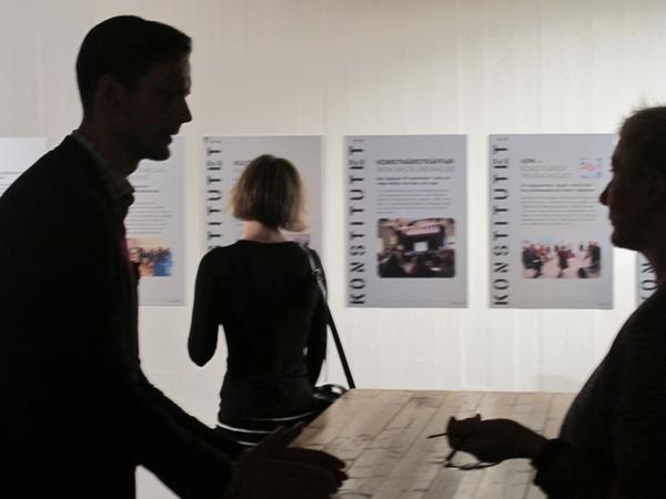 För konstnärernas yrkesvardag. - Ett rum för professionens eget fördjupande i begrepp och metoder.Fortbildning, samarbeten, seminarier och annat bra för konstnärer i södra Sverige.Detta kan vi göra för dig!