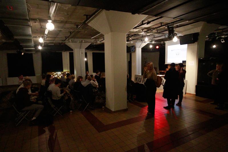Fika och mingel i foajén och vid scenen inför föreläsningen.
