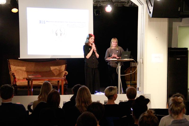 Curatorerna Julia Björnberg och Ellen Sunesson introducerade kvällen.