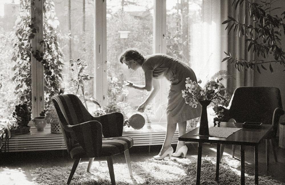 Huomaa yhtenäinen 1950-luvun parasta huonekalumuotoilua edustava sisustus.  © Kuva: Paavo Alava