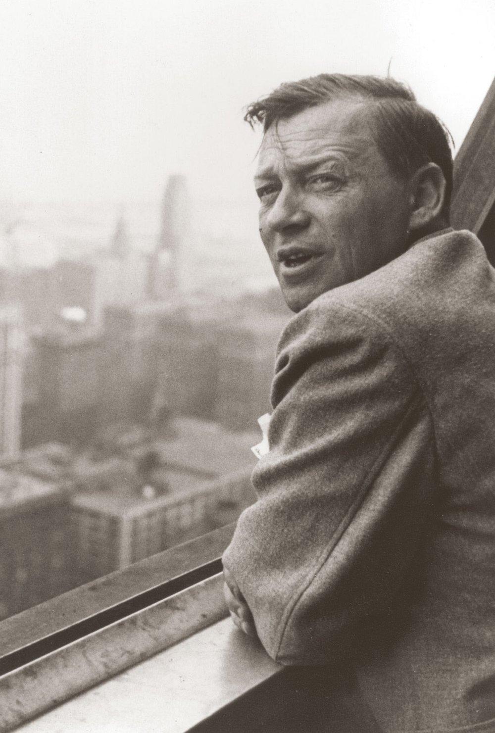 Alvar Aalto kuvattuna Chicagossa 1939, jolloin Sunila oli esillä New Yorkin maailmannäyttelyssä. Kuva: Maire Gullichsen. AAM.