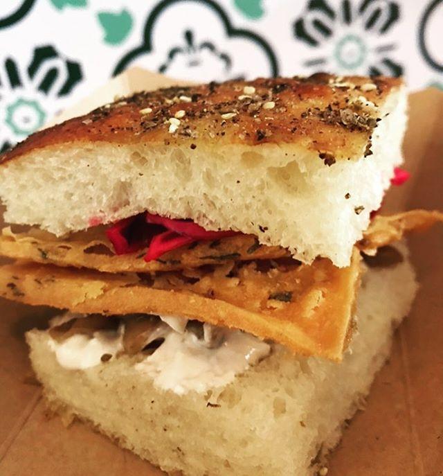 Notre sandwich de focaccia aux panelle aujourd'hui au #bbqfindelété pour la #fêtedutravail @cafedeicampi  Entre midi et 15h!!! #vegan #sandwich #panelle #tahini #légumesmarinés #rosemontpapineau #bbq #bonnefêtedutravail