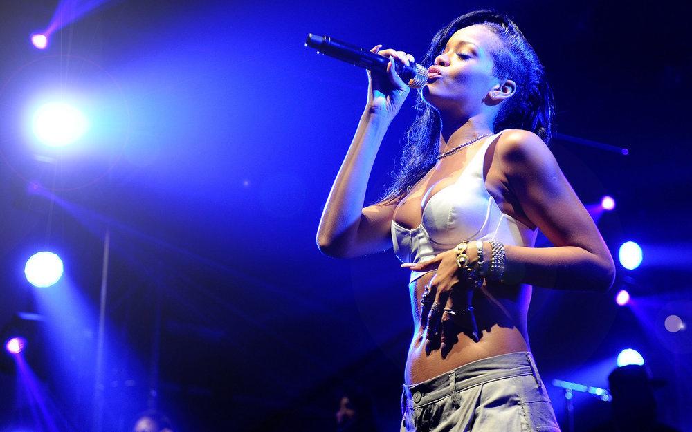 Rihanna-Concert-Widescreen-Wallpapers--08.jpg