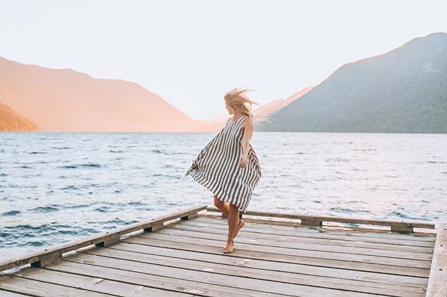 This sunset was unreal, I think I have about 500 photos to prove it 😂 . . . . . . #dametraveler #sheisnotlost  #wearetravelgirls #femmetravel #girlsborntotravel #girlaroundtheworld #girlsabroad #travelgirlsgo #thetravelwomen #ladiesgoneglobal #girlswithgypsysouls #globelletravels #thefairytalebloggers #pinktrotters #girlslovetravel #girlsthatwander #vanlifediaries #travelgirl #travelgram #islandhopping #globelletrotters #femmetravel  #ladieslovetravel #dirtybootsmessyhair #vanlife #capeflattery #washington #girlaroundtheworld