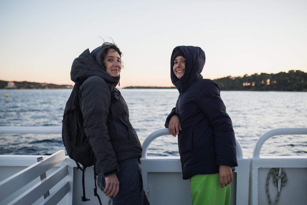 Sur la navette qui transporte la vingtaine d'habitants de l'île (en hiver) jusqu'au Brusc, à 10 minutes.